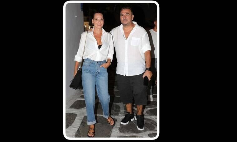 Αντώνης Ρέμος - Υβόννη Μπόσνιακ: Ασορτί με λευκά πουκάμισα στα σοκάκια της Μυκόνου