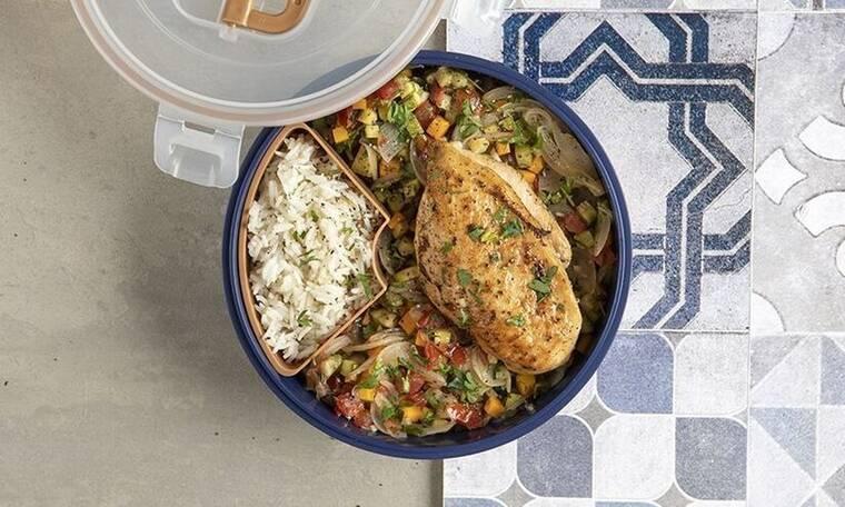 Ψητό στήθος κοτόπουλου με ρύζι και λαχανικά από τον Άκη Πετρετζίκη