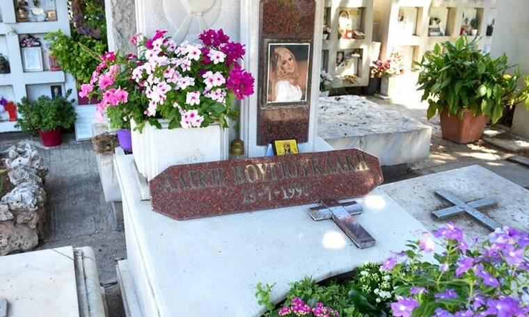 Συγκίνηση στο μνημόσυνο της Αλίκης Βουγιουκλάκη – Λύγισε η Έφη Πίκουλα (Vid & Pics)
