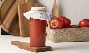 Φτιάξτε μόνοι σας σάλτσα ντομάτας με τρία υλικά όπως ο Άκης Πετρετζίκης