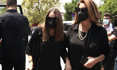 Κηδεία Βοσκόπουλου: Η κόρη του Μαρία, ξέσπασε σε κλάματα στην αγκαλιά δικών της ανθρώπων