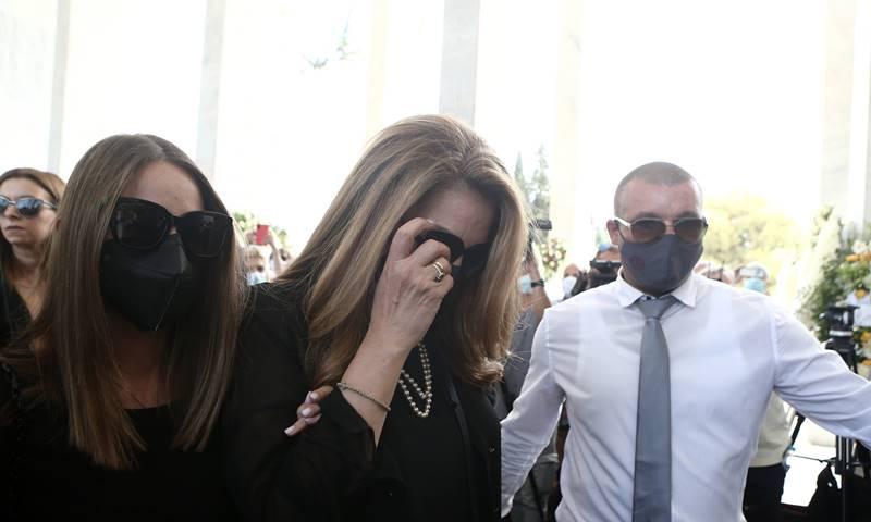Κηδεία Βοσκόπουλου: Σπαρακτική στιγμή! Το χάδι της Γκερέκου στη φώτο του Τόλη Βοσκόπουλου