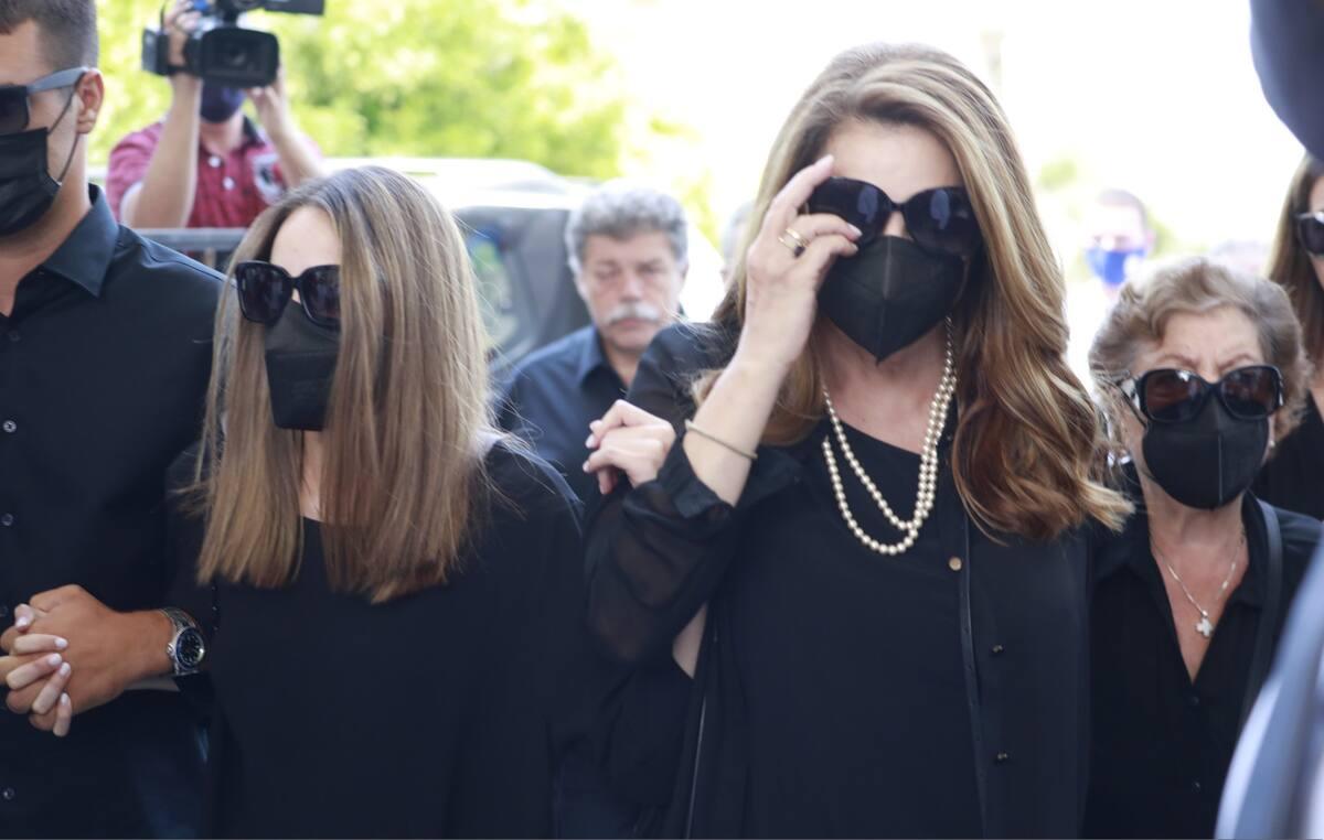 Κηδεία Βοσκόπουλου: Η σπαρακτική φώτο της κόρης του Μαρίας στην αγκαλιά της Αντζελας Γκερέκου