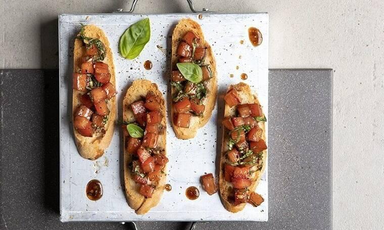 Πεντανόστιμες μπρουσκέτες με ντομάτα από τον Άκη Πετρετζίκη