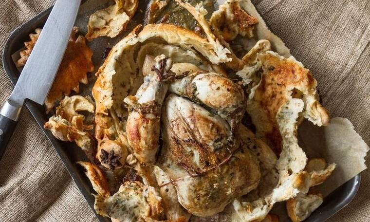 Φτιάξτε κοτόπουλο σε ζύμη ψωμιού με σάλτσα βουτύρου όπως ο Άκης Πετρετζίκης
