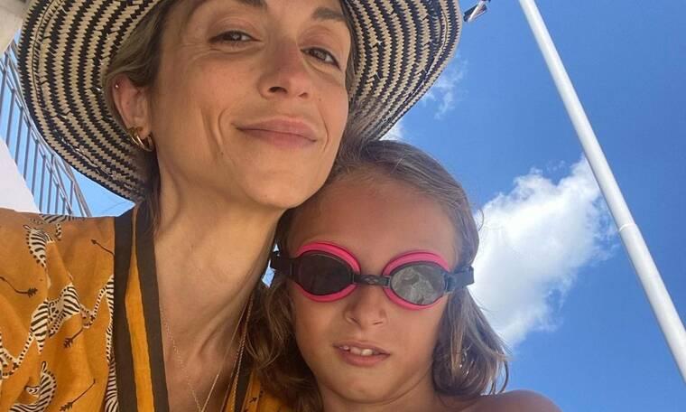 Σοφία Καρβέλα: Ήρθε στην Ελλάδα και δημοσίευσε τις πρώτες photos με τα παιδιά της