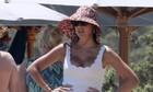 Σταματίνα Τσιμτσιλή: Βγήκε με λευκό ολόσωμο σε παραλία της Πάρου και έκανε τη διαφορά στο beachwear