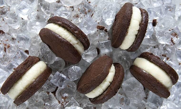 Σάντουιτς με παγωτό βανίλια από τον Άκη Πετρετζίκη!