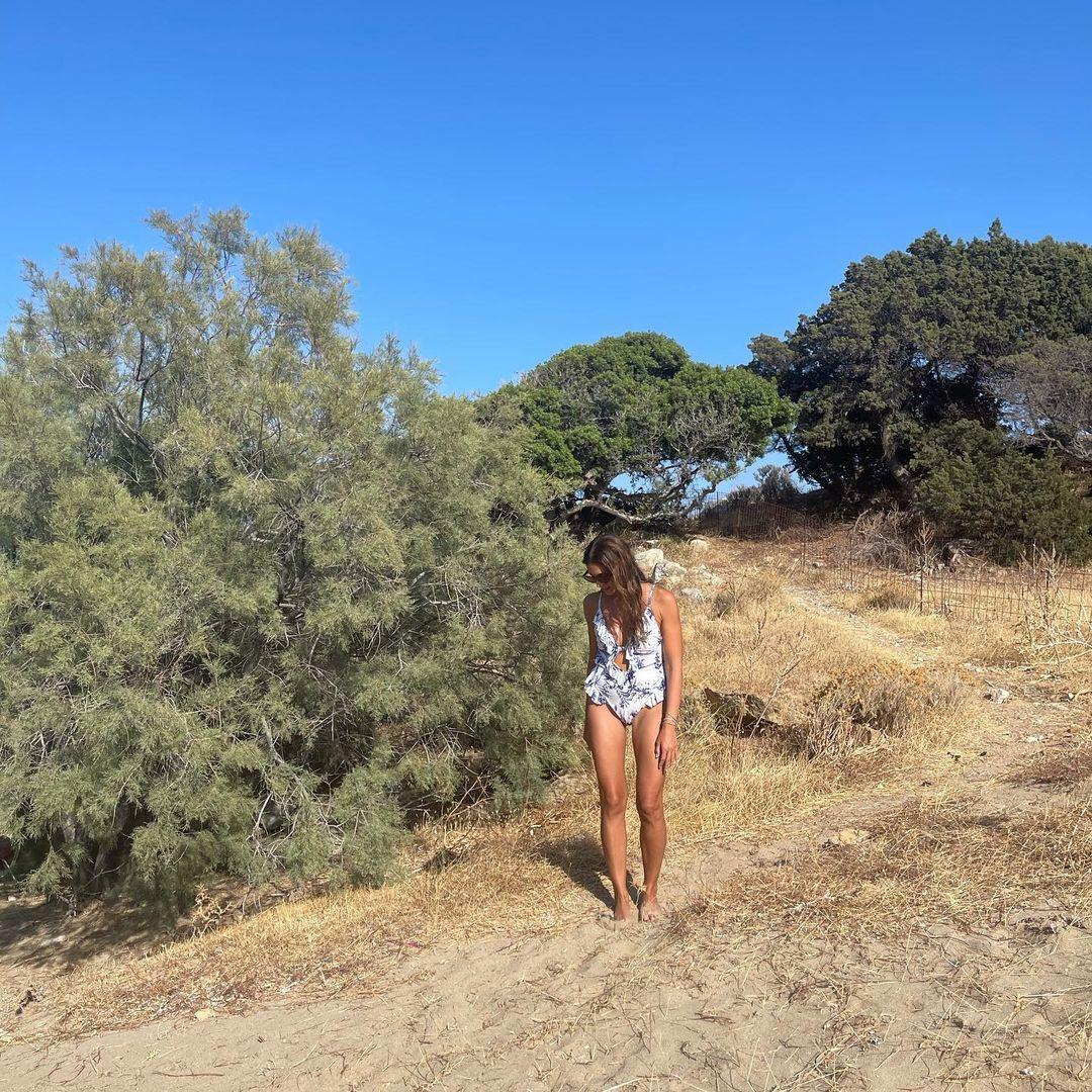 Tv – Καύσωνας στις παραλίες! Οι παρουσιάστριες ποζάρουν με μαγιό και σηκώνεται… «αμμοθύελλα»