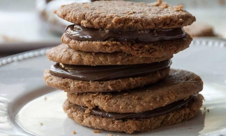 Τα πιο λαχταριστά μπισκότα φιστικοβούτυρου γεμιστά με πραλίνα σοκολάτας από τον Άκη Πετρετζίκη