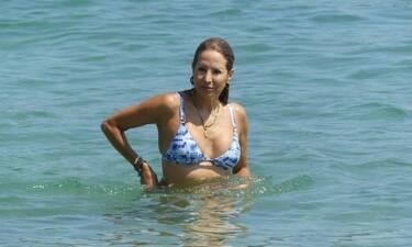 Αννίτα Ναθαναήλ: Φοράει μπικίνι στα 52 της και οι λουόμενοι στη Σκιάθο «τρελάθηκαν»