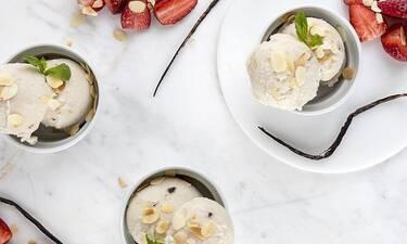Το πιο λαχταριστό vegan παγωτό βανίλια αμύγδαλο από τον Άκη Πετρετζίκη
