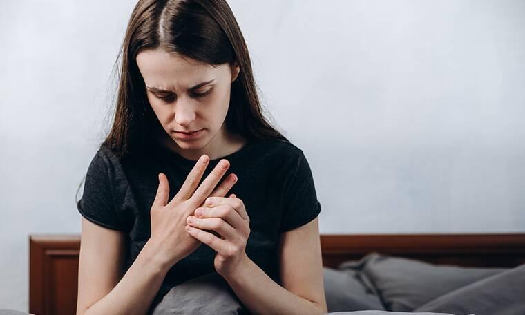 Χέρια που μουδιάζουν στον ύπνο: Πού οφείλεται το φαινόμενο (εικόνες)