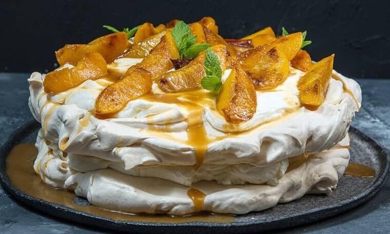 Το γνωστό γλυκό στην πιο καλοκαιρινή του εκδοχή: Πάβλοβα με ροδάκινα από τον Άκη Πετρετζίκη!