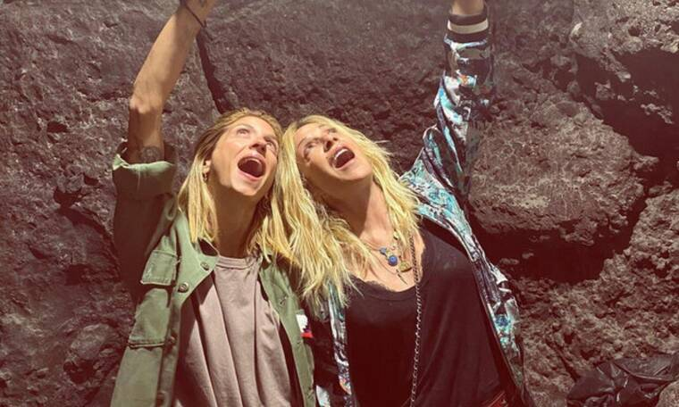 Σοφία Καρβέλα - Άννα Βίσση: Μαμά και κόρη μοιράστηκαν ένα φιλί και η ομοιότητά τους είναι απίθανη