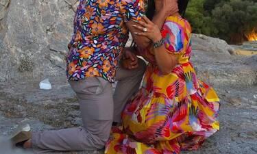 Δέχτηκε πρόταση γάμου κάτω από την Ακρόπολη! Οι υπέροχες φωτό και το φιλί στο στόμα