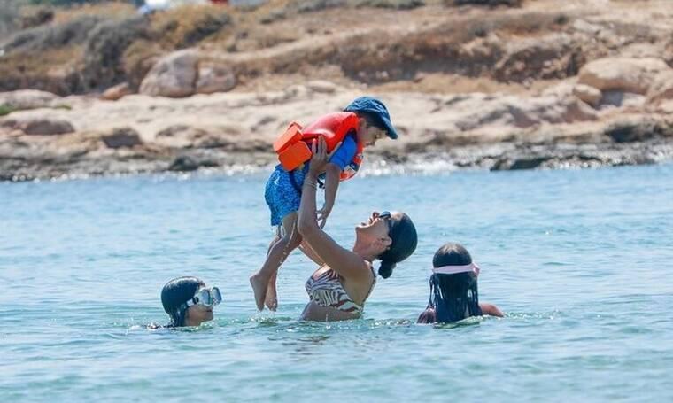 Σταματίνα Τσιμτσιλή: Τα παιχνίδια με τα παιδιά της στη θάλασσα και η καλλίγραμμη σιλουέτα