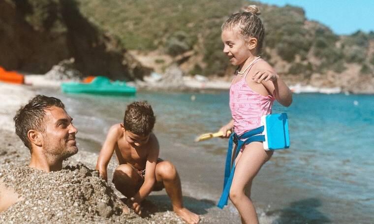 Στέλιος Χανταμπάκης: Έτσι περνά με τα παιδιά του στη θάλασσα - Δείτε φώτο