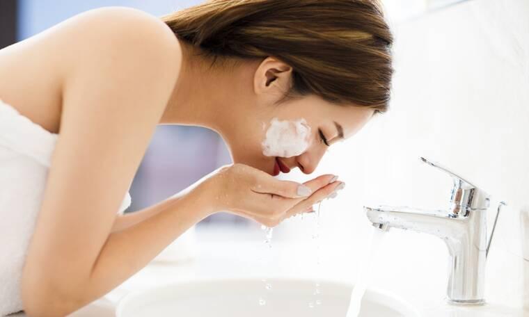 Καθαρισμός προσώπου: Τα λάθη που καταστρέφουν την επιδερμίδα