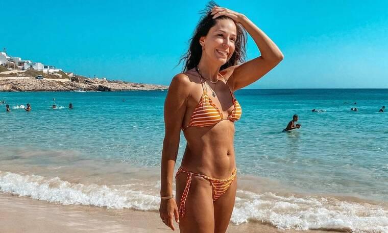 Κατερίνα Παπουτσάκη: Ποζάρει μαυρισμένη και χωρίς ίχνος μακιγιάζ (photos)