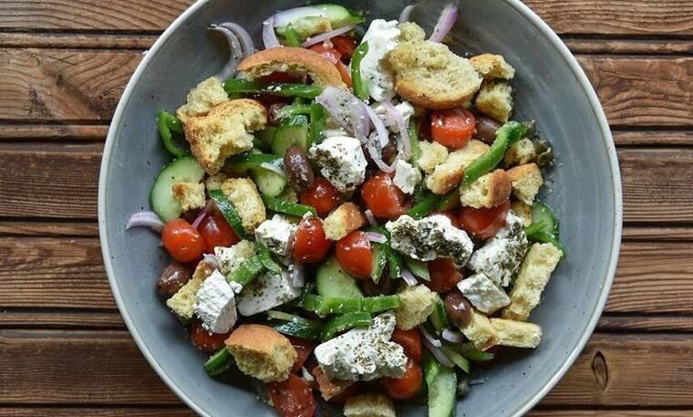 Η πιο νόστιμη χωριάτικη σαλάτα από τον Άκη Πετρετζίκη!