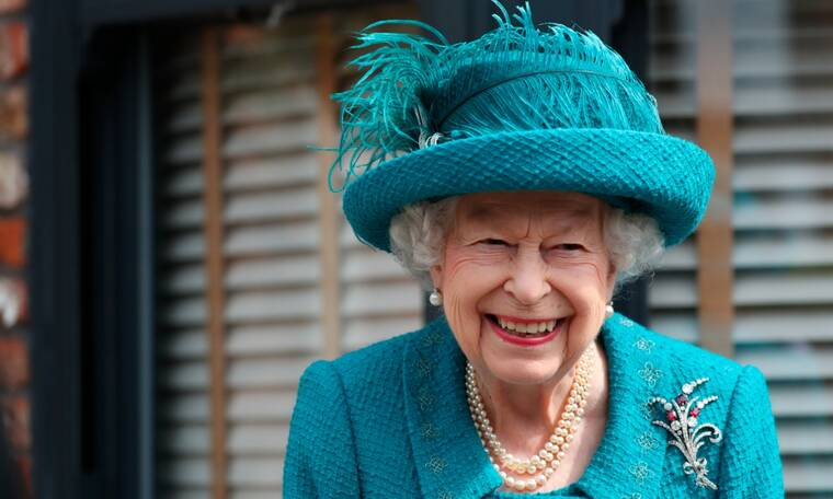 The Crown: Αποκαλύφθηκε η εικόνα της ηθοποιού που θα υποδυθεί τη βασίλισσα Ελισάβετ (photo)