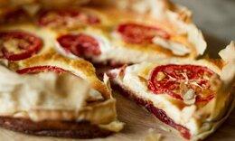 Πανεύκολη και λαχταριστή τάρτα με τυριά και chutney ντομάτας από τον Ακη Πετρετζίκη