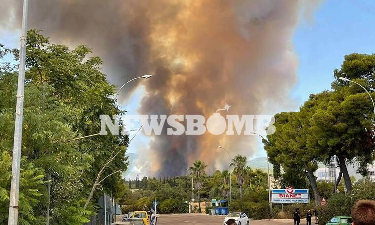 Φωτιά στη Βαρυμπόμπη: Εικόνες και βίντεο από τη μεγάλη πυρκαγιά
