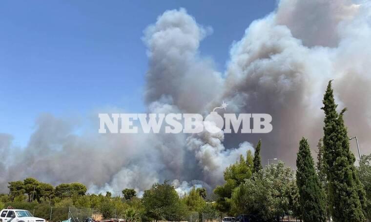 Φωτιά Βαρυμπόμπη: Δραματικές στιγμές - Έκλεισε η Εθνική Οδός Αθηνών - Λαμίας - Ακούγονται εκρήξεις