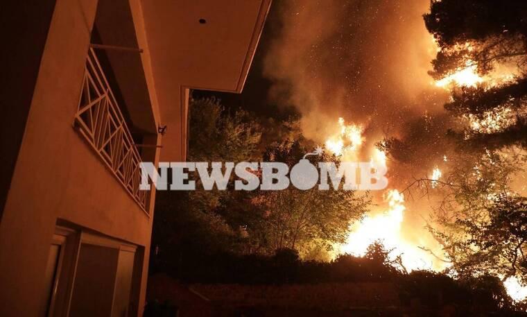 Φωτιά στην Αττική: Καίγονται σπίτια σε Βαρυμπόμπη και Θρακομακεδόνες - Συγκλονιστικές εικόνες