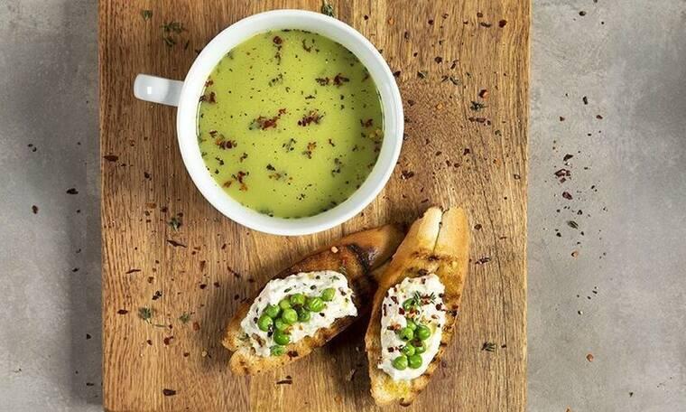 Κρύα σούπα με αρακά από τον Άκη Πετρετζίκη