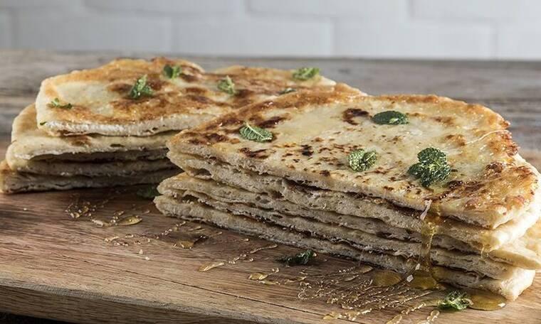 Σφακιανή πίτα από τον Άκη Πετρετζίκη