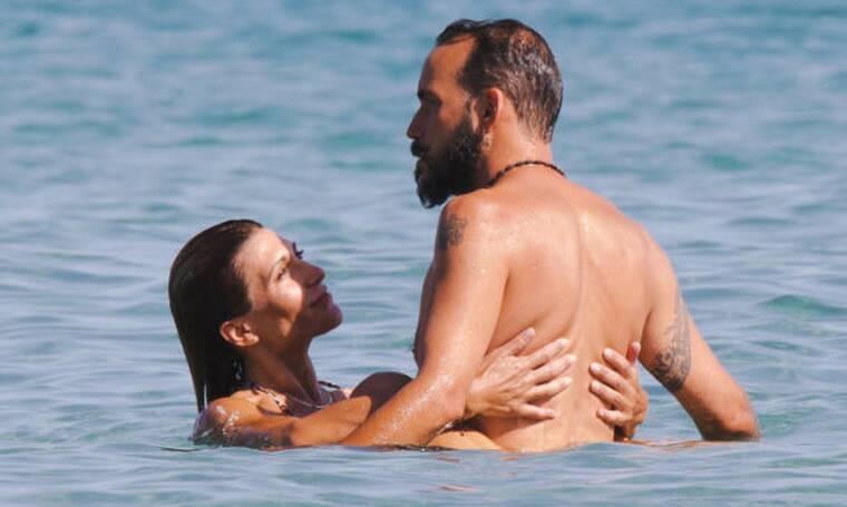 Μουζουράκης – Βαρελά: Όπως δεν τους έχεις ξαναδεί! Με ερωτική διάθεση μέσα στη θάλασσα