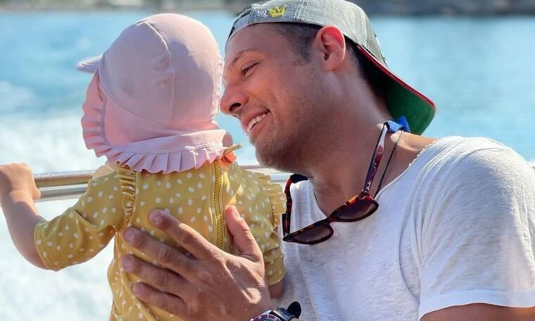 Σάββας Πούμπουρας: «Παίρνω τη μικρή και πάμε αεροπορικώς ένα 24ωρο ταξίδι και ηρεμεί και η μαμά»