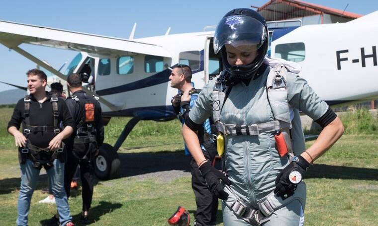 Εύη Αδάμ: Καρέ καρέ η ελεύθερη πτώση της με αλεξίπτωτο (Photos)