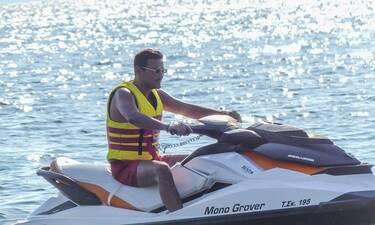 Κώστας Τσουρός: Για jet ski στην Σκιάθο λίγο πριν την πρεμιέρα του με την Ελεονώρα Μελέτη