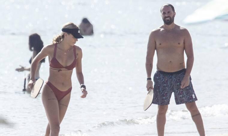 Ηλίας Βρεττός: Το κορμί της συντρόφου του απλά... δεν υπάρχει! Δείτε τους μαζί σε παραλία της Νάξου!