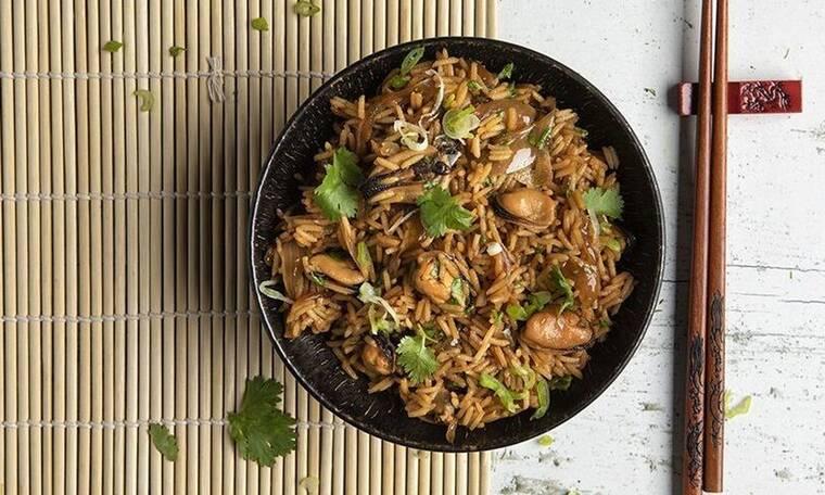 Τηγανητό ρύζι με μύδια από τον Άκη Πετρετζίκη