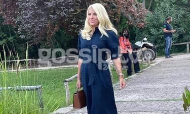 Μενεγάκη: Απαστράπτουσα στο κάλεσμά της στους δημοσιογράφους σε έναν κρυμμένο παράδεισο της Αθήνας!