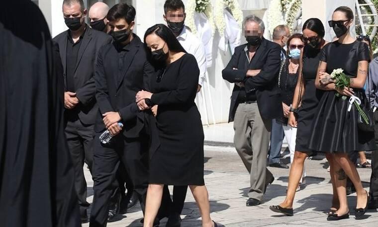 Συντετριμμένοι η Βίκυ Σταμάτη και ο γιος της στην κηδεία του Άκη Τσοχατζόπουλου