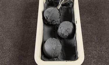 Μαύρο vegan παγωτό καρύδας από τον Άκη Πετρετζίκη!
