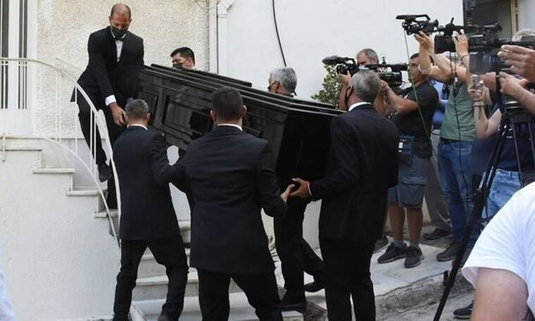 Μίκης Θεοδωράκης: Πλήθος κόσμου έξω από το σπίτι του (Photos)