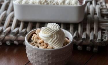 Κρέμα σοκολάτας με crumble και σαντιγί από τον Άκη Πετρετζίκη