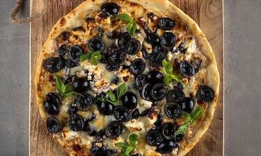 Μία διαφορετική πίτσα με φέτα και σταφύλια από τον Άκη Πετρετζίκη