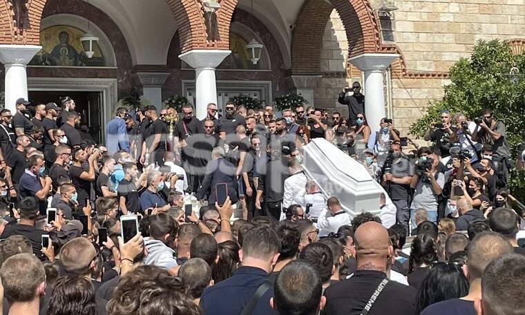 Κηδεία Mad Clip: Συγκλονιστικές εικόνες – Το λευκό φέρετρο και το δυνατό τελευταίο χειροκρότημα