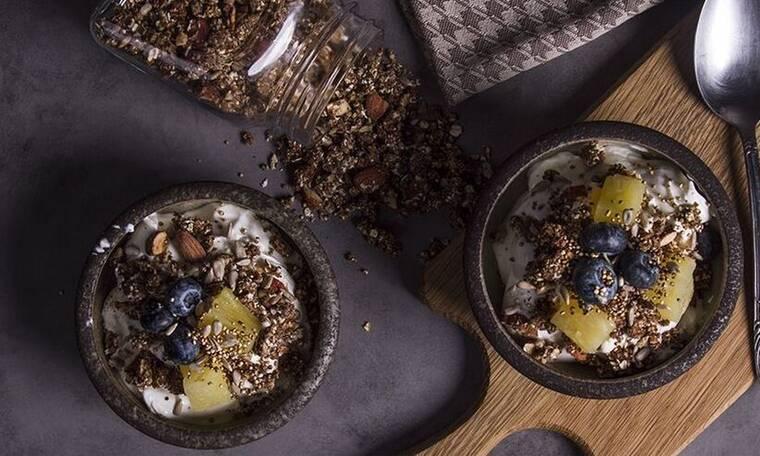 Γκρανόλα με ξηρούς καρπούς χωρίς προσθήκη ζάχαρης από τον Άκη Πετρετζίκη