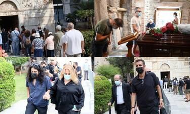 Κοσμοσυρροή για τον Μίκη Θεοδωράκη στη Μητρόπολη - Συγκινούν οι εικόνες