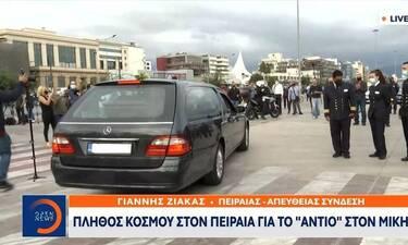 Κηδεία Μίκη Θεοδωράκη: Κοσμοσυρροή στον Πειραιά για το τελευταίο ταξίδι του προς την Κρήτη!