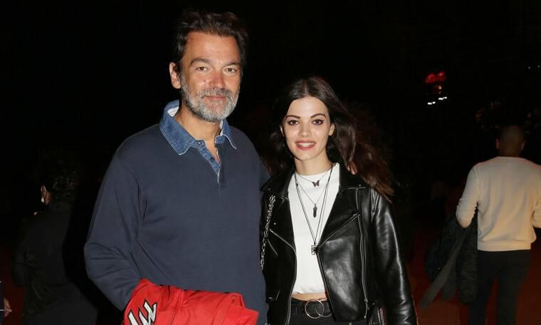 Κωνσταντίνος Καζάκος: Στο θέατρο παρέα με την κούκλα κόρη του!