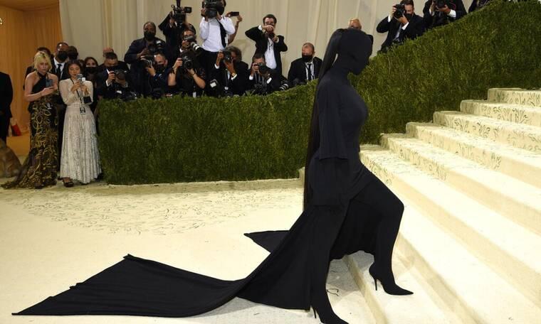Met Gala 2021: Η εξωφρενική εμφάνιση της Kim - Με το ντεκολτέ φάτσα φόρα η JLo (photos)